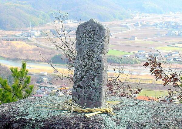 【古】山の上の大石