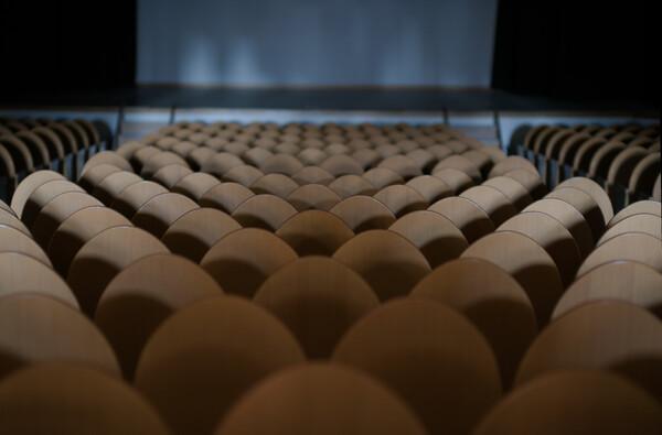 公会堂の椅子