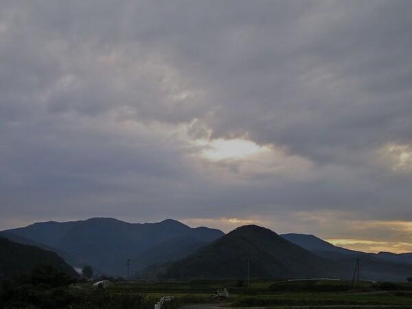 どんよりと曇った東の空