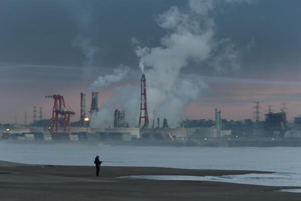 釣り人さん--工場の煙を添えて
