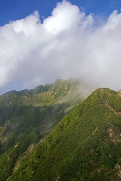 雲湧く(な)小仙丈カール