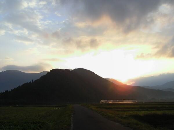 冬の山陰の朝日の出