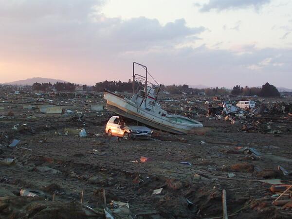 爆撃後のような石巻漁港