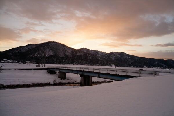大雪の中の夕焼け。