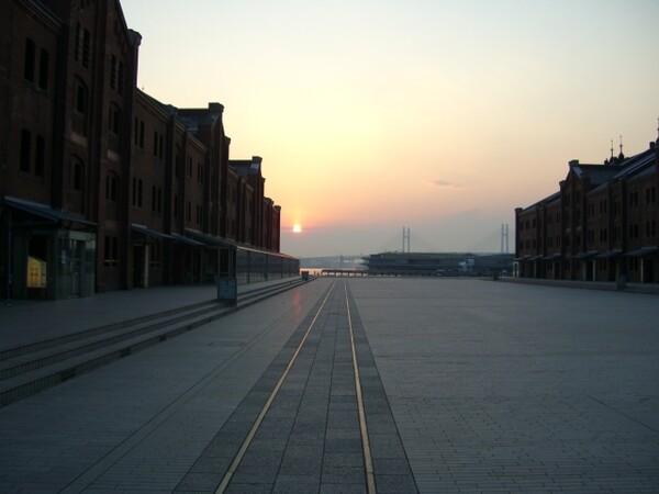 早朝の赤煉瓦倉庫