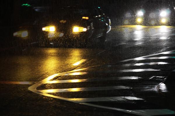 雪降る夜のヘッドライト