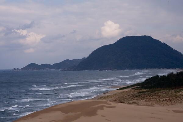 砂丘東の端の岩戸港。