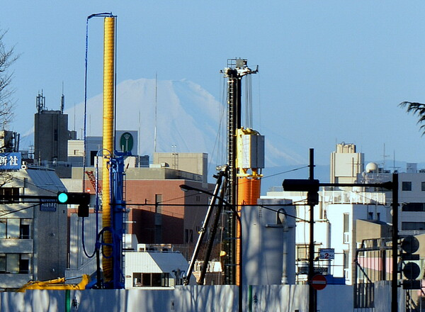 新国立競技場建設現場の合間の富士山