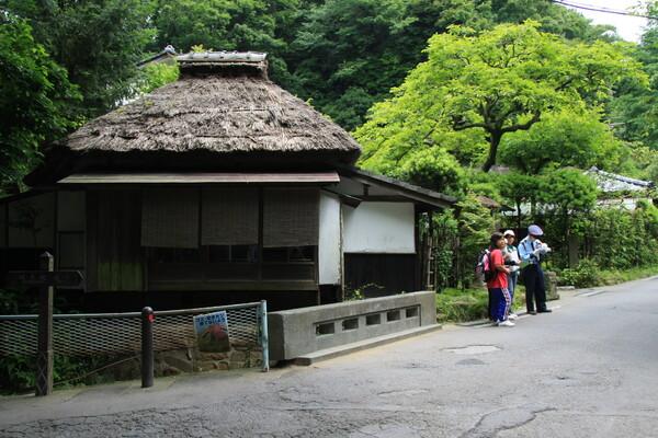【道】藁葺き屋根の家