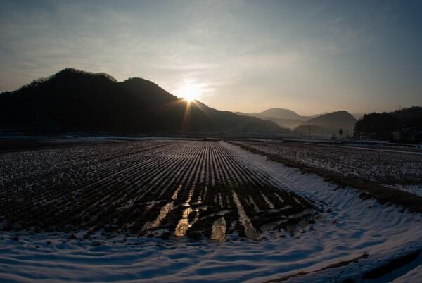 山の稜線からの朝日の出。
