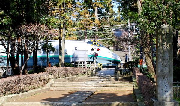 円覚寺山門前を通過する山形新幹線つばさ