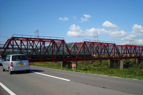 秋晴れとトラス橋