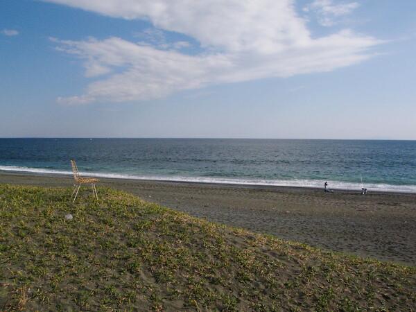 海を見つめる椅子