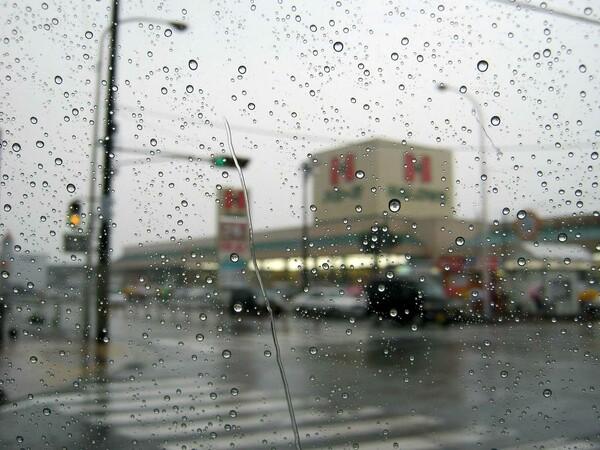 土砂降りの交差点