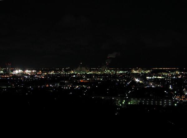 冬のコンビナートの夜景