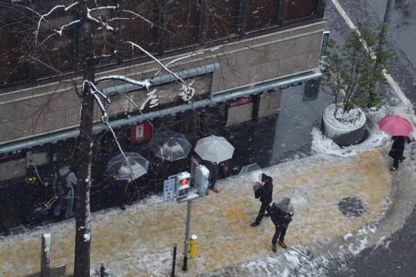 街角少しだけ雪