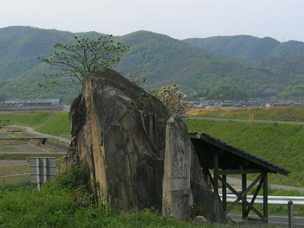 【古】磨崖仏の岩