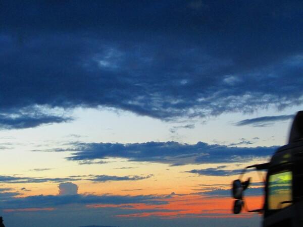 [色] 長距離トラックから見た大空