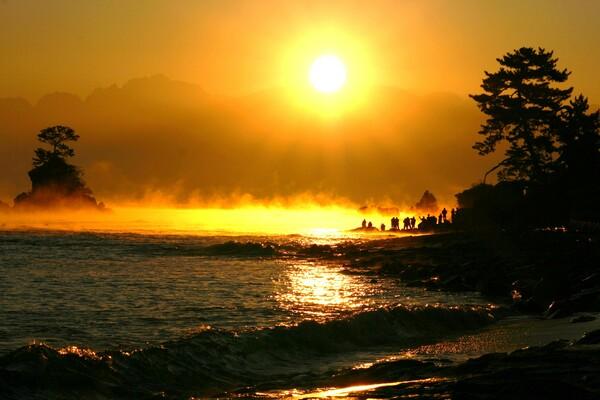 雨晴海岸 立山連峰から朝日と気嵐