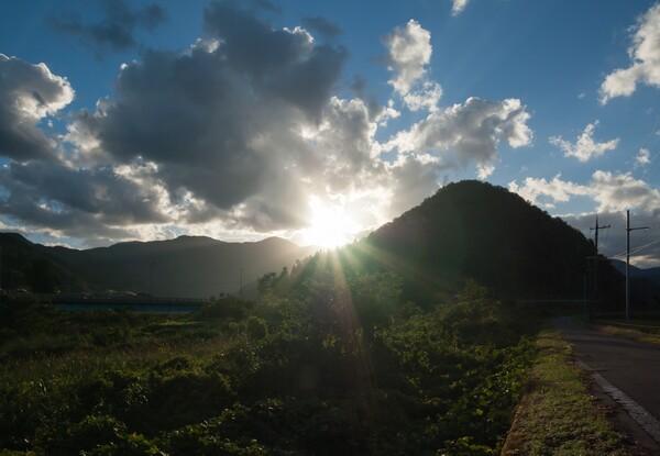 雲の多い朝日の出・・。