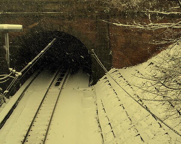 雪の中の煉瓦造のトンネル