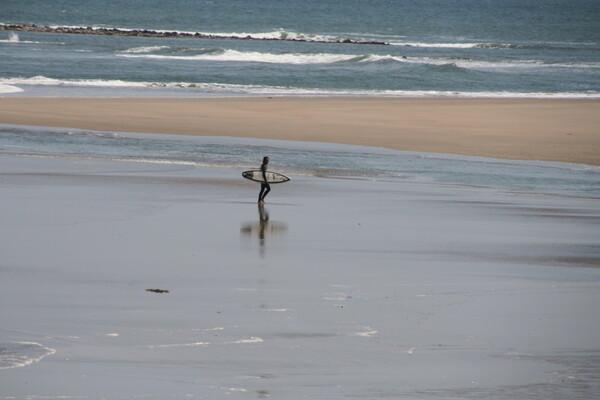 渚のサーファー