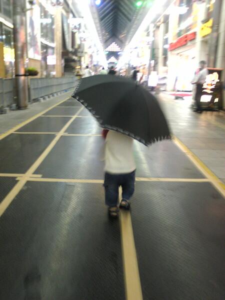 傘が歩いてる
