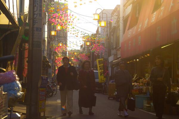 「S」暮れゆく日の出町商店街