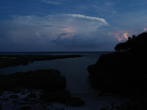 入り江と雷雲