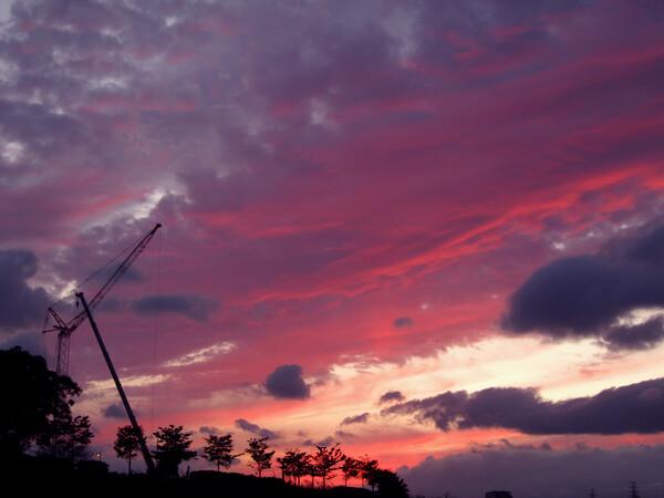 【空】真っ赤な雲にクレーン眺む