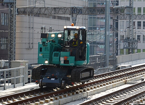 線路上を走行するクレーン車