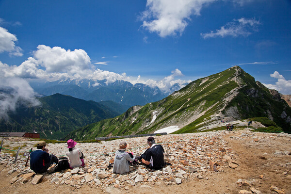 山を見ながら飯を食う